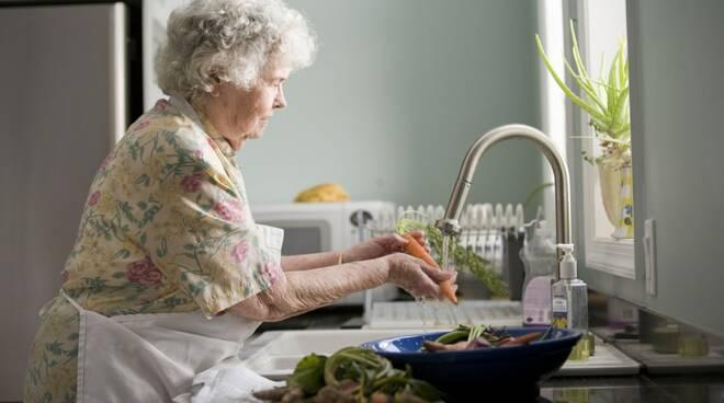 Covid 19. Non lasciamo soli nelle case i nostri anziani